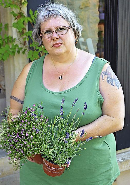 Martina Ambs vor ihrem Blumencafé Gäns...r wieder verschwinden bei ihr Sachen.   | Foto: hönig/pfefferle