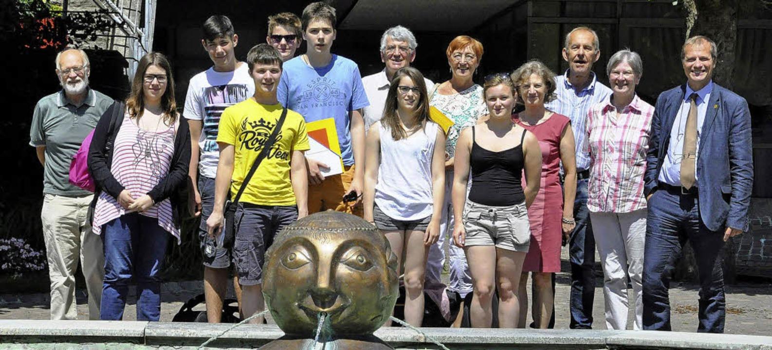 Die sieben jugendlichen Besucher aus F...bürgermeister Klaus Eberhardt (rechts)  | Foto: privat