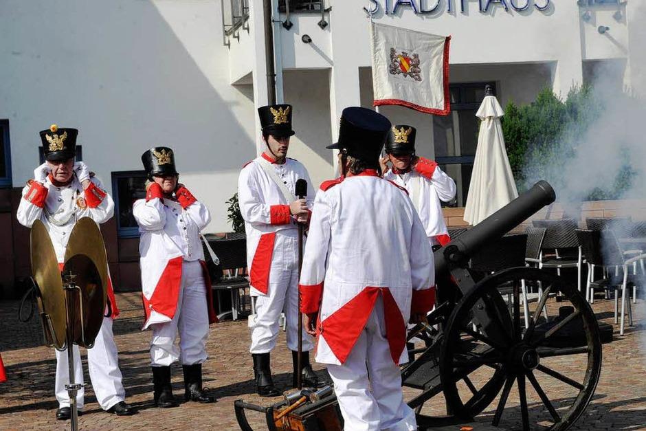 Der Schützenverein eröffnete das Fest mit Salutschüssen... (Foto: Volker Münch)