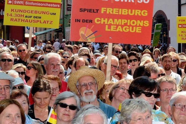 Rund 2500 Menschen protestieren gegen Orchesterfusion
