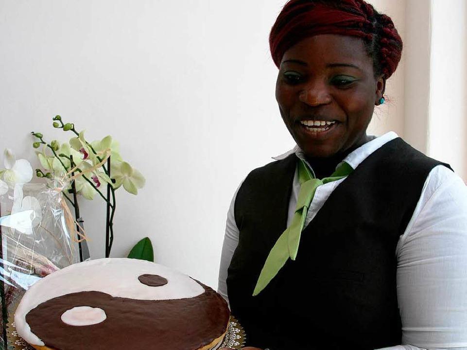 Zur Eröffnung wurde die Ying und Yang Torte angeschnitten.  | Foto: Friederike Marx-Kohlstädt