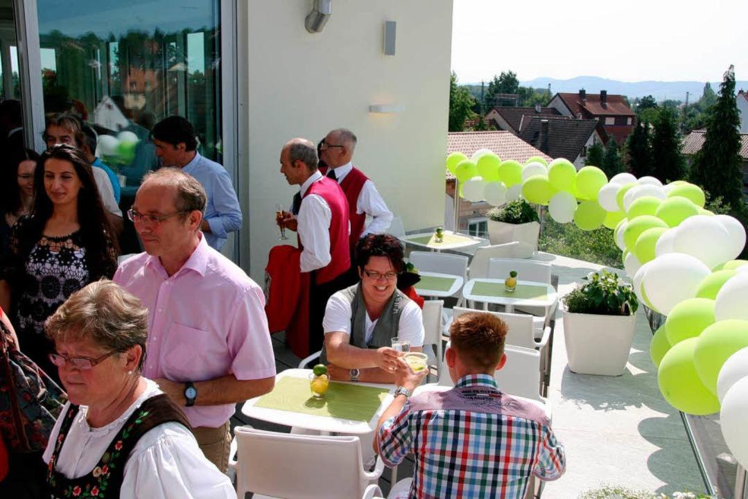 Ein Prosit aufs neue Hotel: Von der Te...-Friedrich-Straße und den Kaiserstuhl.  | Foto: Friederike Marx-Kohlstädt