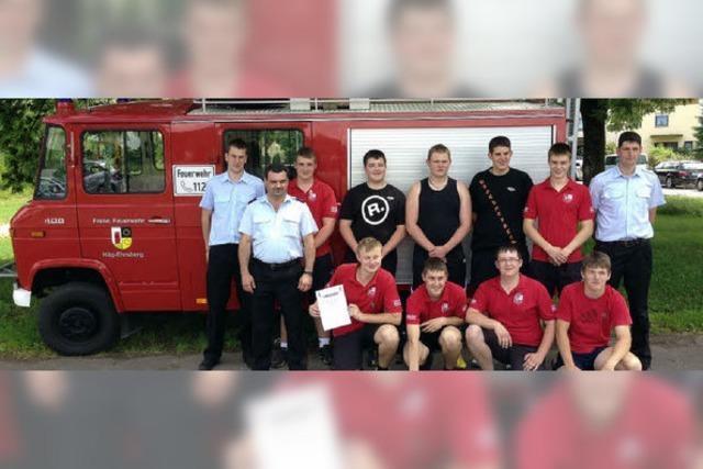 Leistungsspange als Lohn für junge Feuerwehrleute