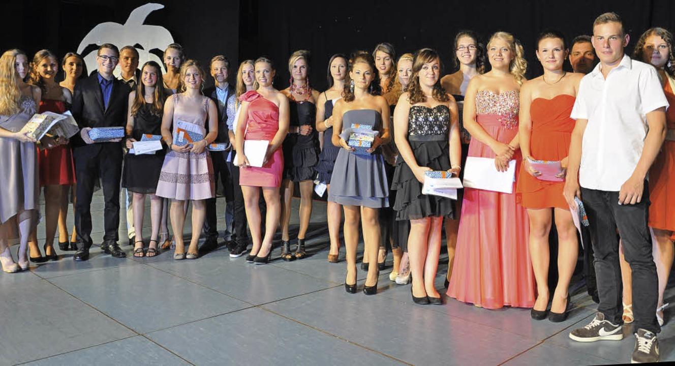 177 Schülerinnen und Schüler der Hugo-...Bühne der Breisgauhalle ausgezeichnet.  | Foto: Kai Kricheldorff