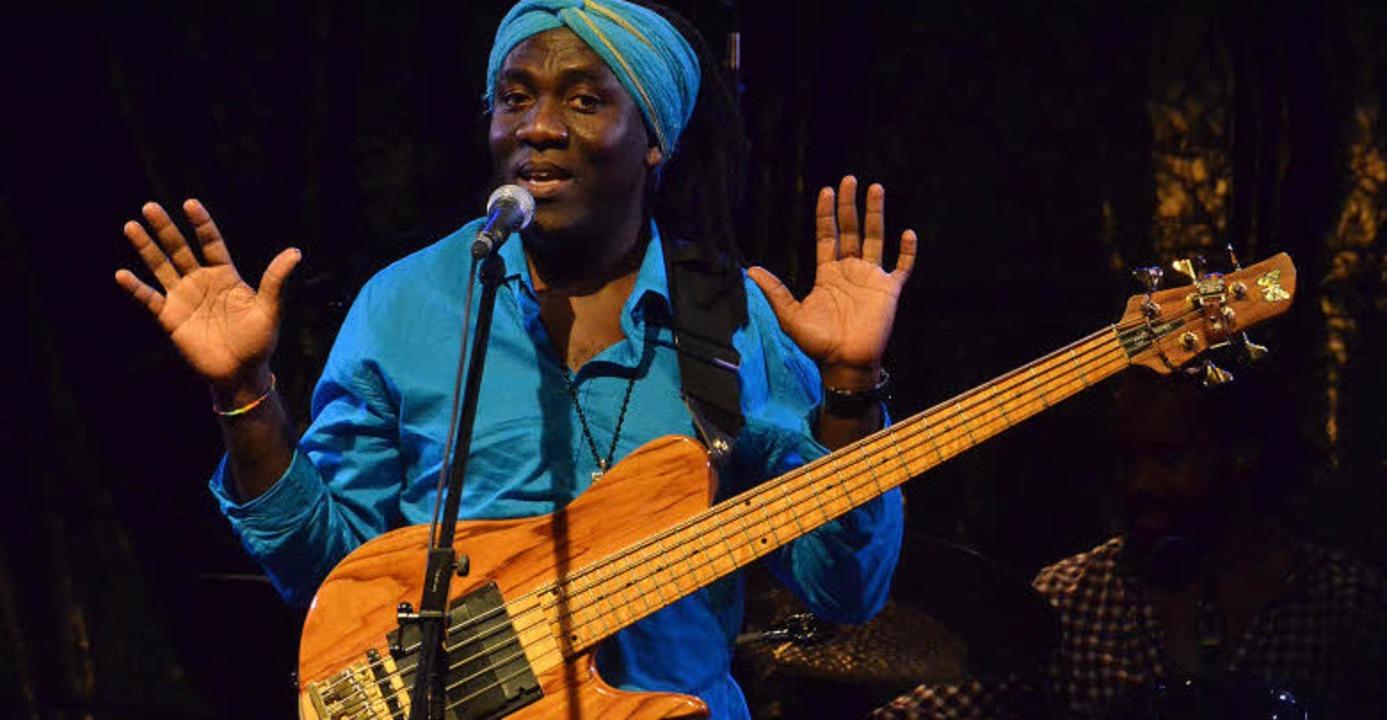 Sänger und Bassist mit Entertainerqualitäten: Richard Bona im Wenkenpark   | Foto: ZvG
