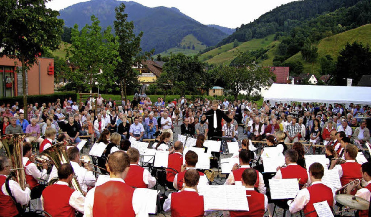 Der Belchen bot die großartige Kulisse...tolles Freiluft-Konzert in Münstertal.    Foto: Manfred Lange