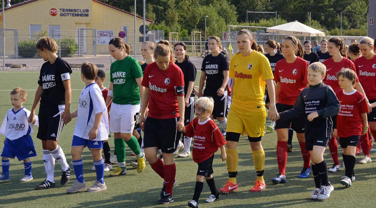 Einlauf zum Jubiläumsspiel: SV Gottenheim (links) und SC Freiburg II (rot).  | Foto: Manfred Frietsch