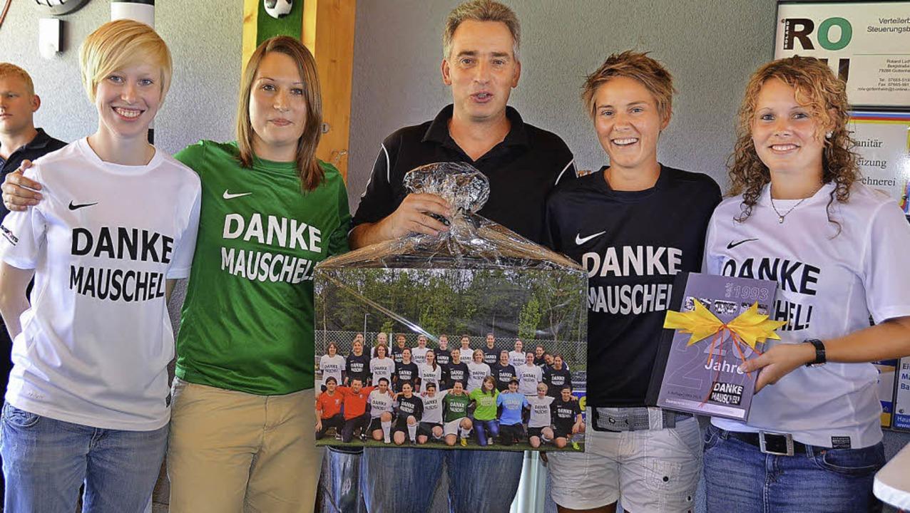 Dem Initiator des Frauenfußballs beim ...b Vorstand Adrian Ludwig eine Spende.   | Foto: manfred frietsch