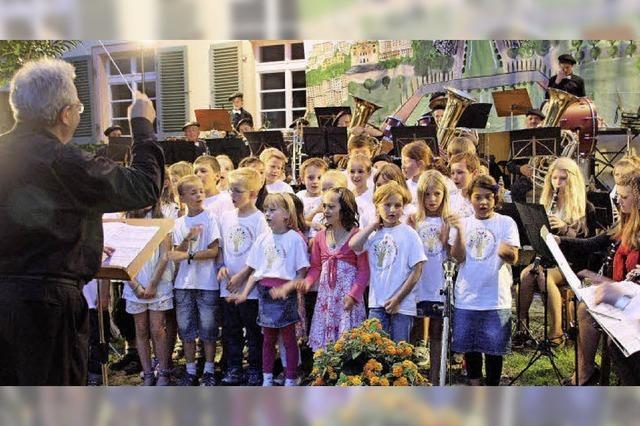 Französisches Flair beim Open-Air-Konzert des Eschbacher Musikvereins