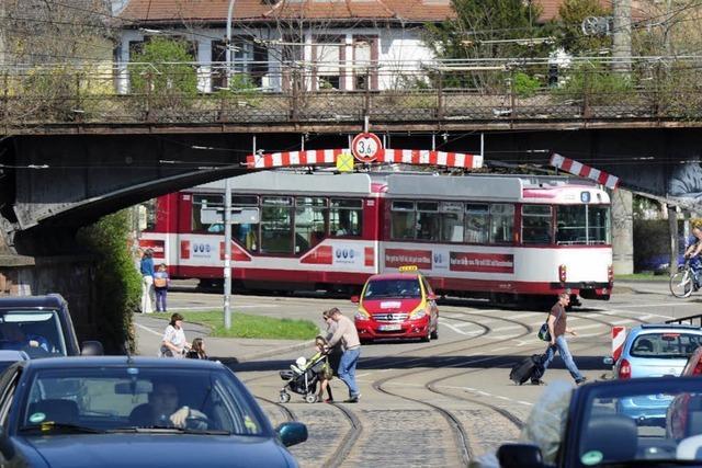 Freiburgs berüchtigtste Bahnbrücke: Erneut bleibt Laster hängen