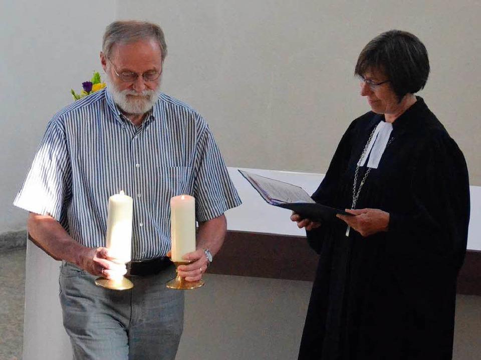 Die Altarkerzen werden hinaus getragen...tin Dagmar Zobel die Kirche entwidmet.  | Foto: Sebastian Barthmes