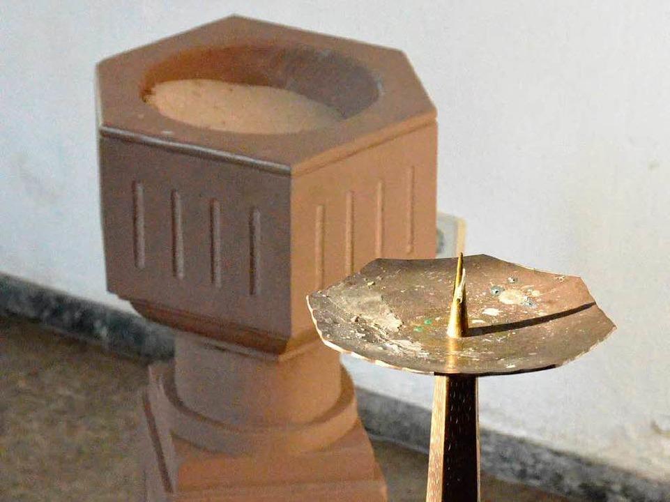 Der Taufstein ohne Taufschale und der Kerzenständer ohne Osterkerze.  | Foto: Sebastian Barthmes