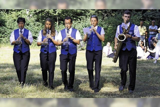 Militärische Klänge in Picknickidylle