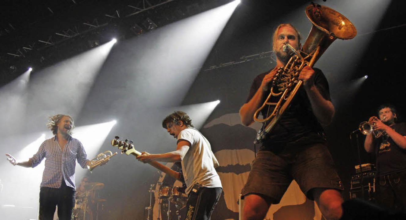 Wenn die Musiker Lederhosen tragen, dann sind das La Brass Banda auf der Bühne.  | Foto: Wolfgang Grabherr