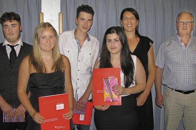 17 Neuntklässler in Münstertal feiern Hauptschulabschluss