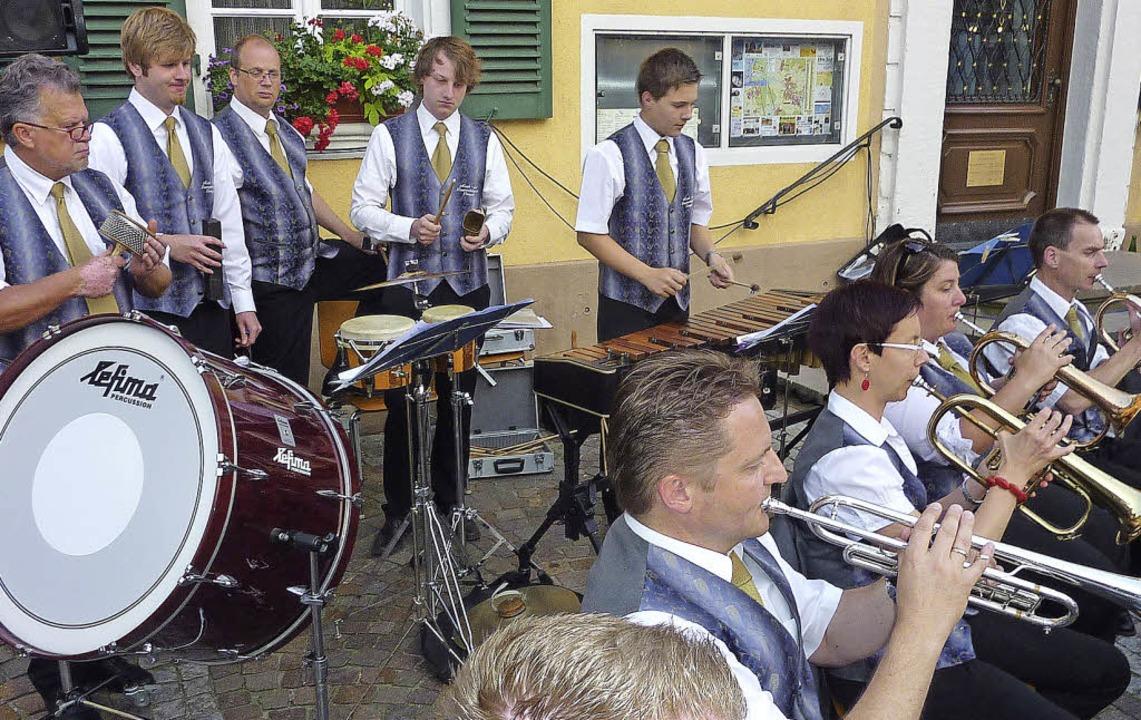 Die Musik- und Feuerwehrkapelle Tening...lungenen Auftritt auf dem Rathausplatz    Foto: Karlernst Lauffer