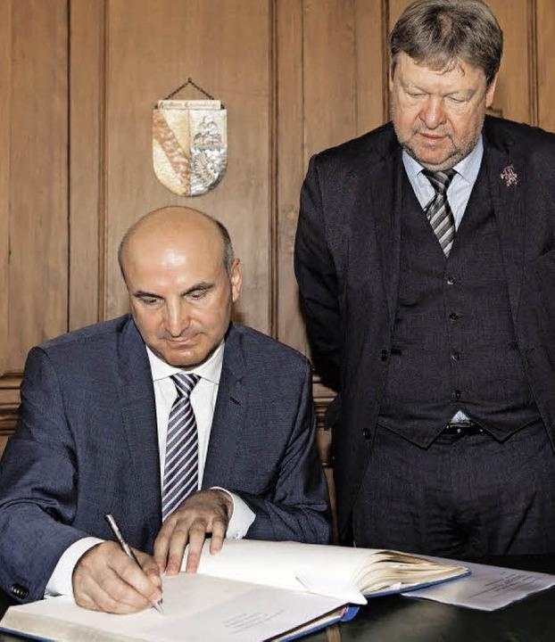 Botschafter Skender Xhakaliu trägt sic...rmeister  Richard Leibinger schaut zu.  | Foto: Zahn