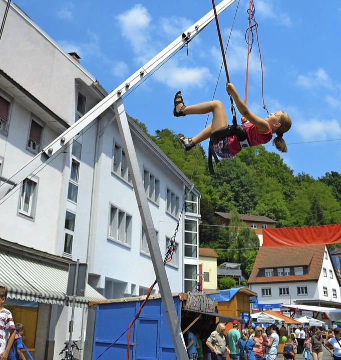 Bungee-Jumping war eine Attraktion beim Zeller Städtlifest.   | Foto: Berger