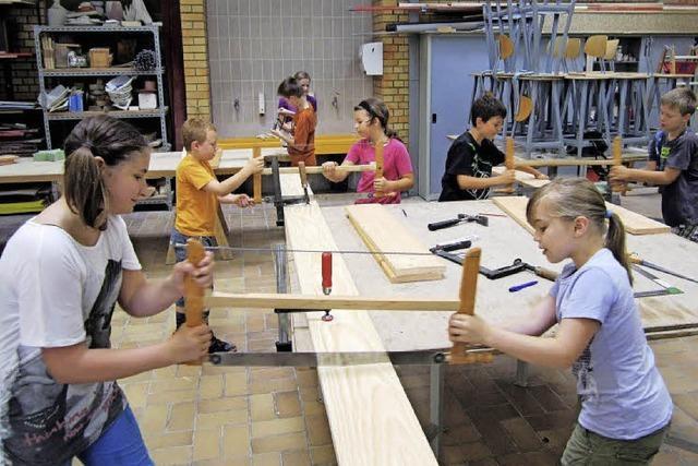 Grundschüler als fleißige Handwerker