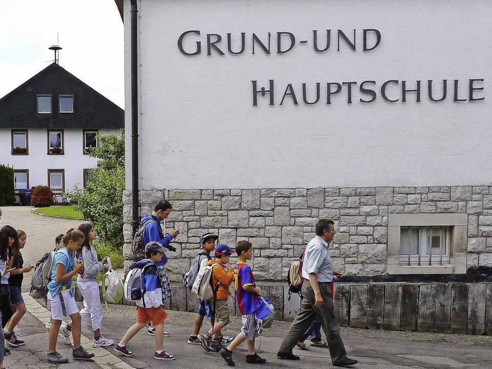 Die Schrift an der Fassade der Schule ...interzarten nur noch eine Grundschule.  | Foto: Heidrun Simoneit