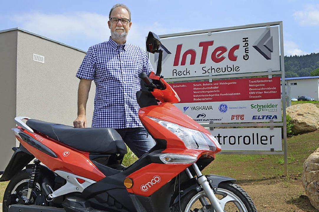 Firmenchef Patrice Groß mit einem Elektroroller vor seinem Unternehmen  | Foto: Nikolaus Bayer