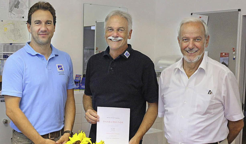 Konrektor Stefan Seizinger (links) übe...ing übergab die Silbermünze der Stadt.    Foto: Privat