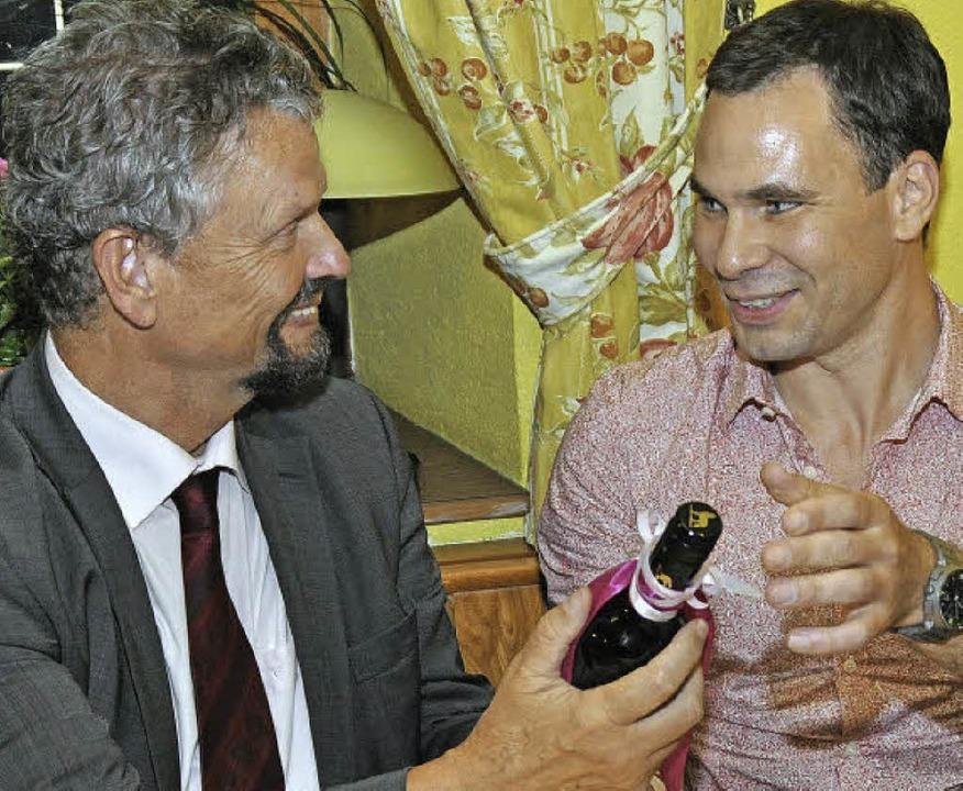 Als Unterstützung für die Wahlkampfwoc...eine Flasche Wein - natürlich in Rot.   | Foto: Julius Steckmeister