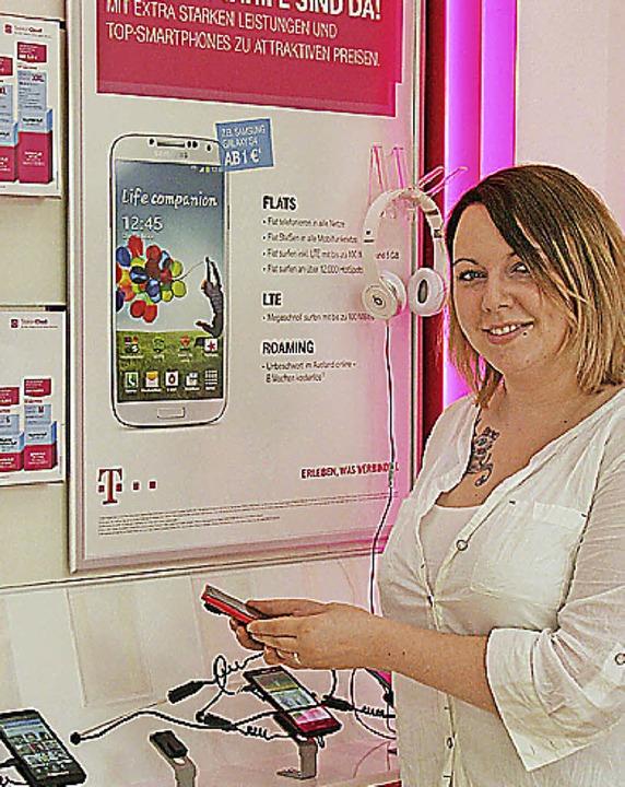 Sahrah Steffen gehört zum Beratungstea...ten Telkom Shops in der Kirchstraße 2.  | Foto: Gerda Oswald