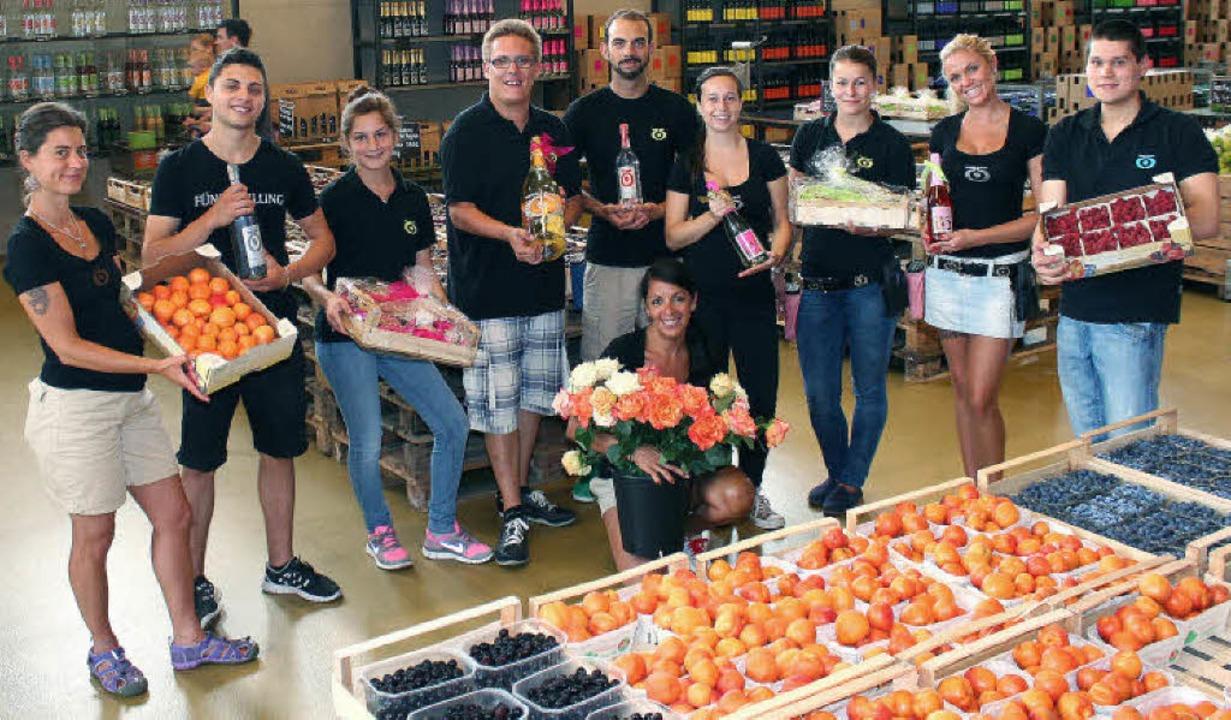 Auf die Kunden des Bauernladens wartet... Wein, Sekt, Blumen, Obst und Gemüse.   | Foto: cre