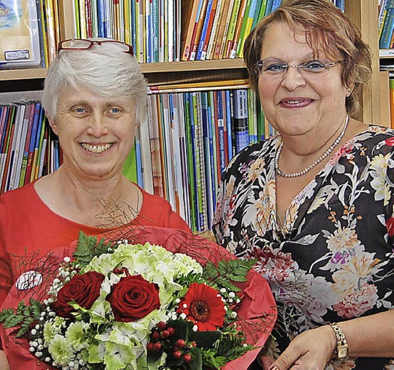 Schulleiterin Ingrid Klein (rechts) gr...Schweiger-Hugoniot zu ihrem Jubiläum.   | Foto: Hans-Jochen voigt