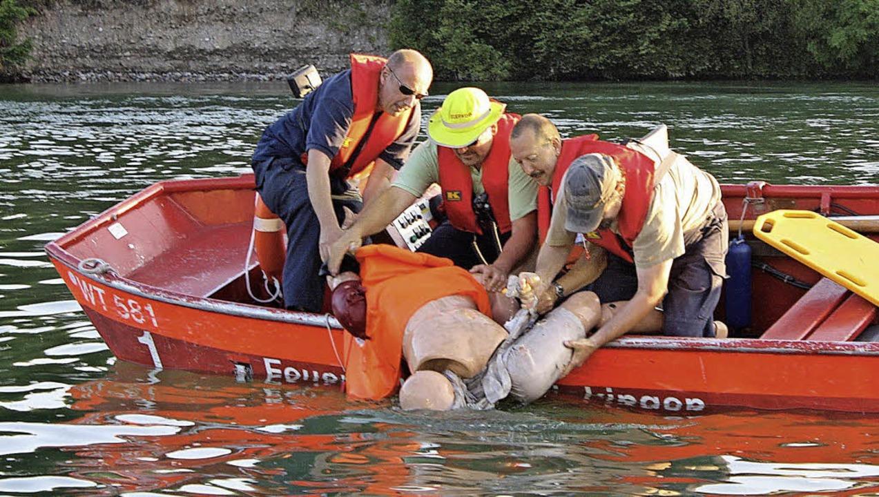 Die 100-Kilo-Puppe aus dem Wasser zu b...transportieren Kameraden das Opfer ab.    Foto: Barbara Schmidt