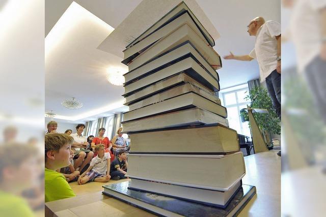 Bücherstapel bis in den Himmel
