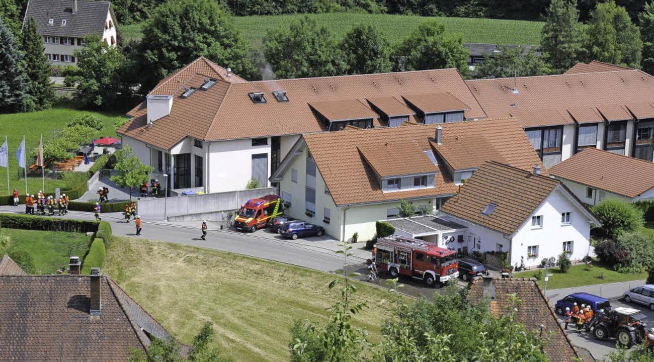 Fünf Abteilungen der freiwilligen Feue...links) eine realistische Einsatzprobe.  | Foto: Dietmar Noeske