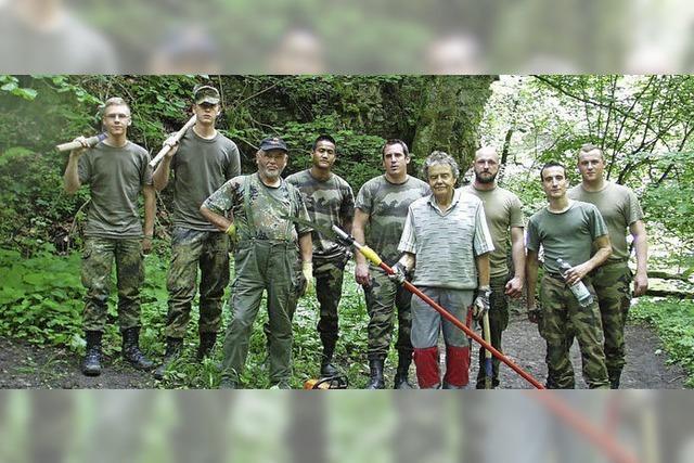 Soldaten der Bonndorfer Patenkompanien setzen Wege in der Wutachschlucht instand