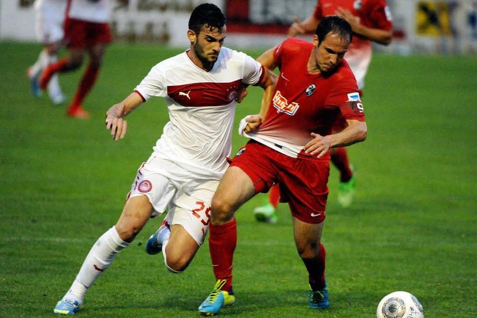 Der SC Freiburg besiegt in Schruns Olympiakos Piräus mit 4:2 in einem Testspiel. (Foto: Michael Heuberger)