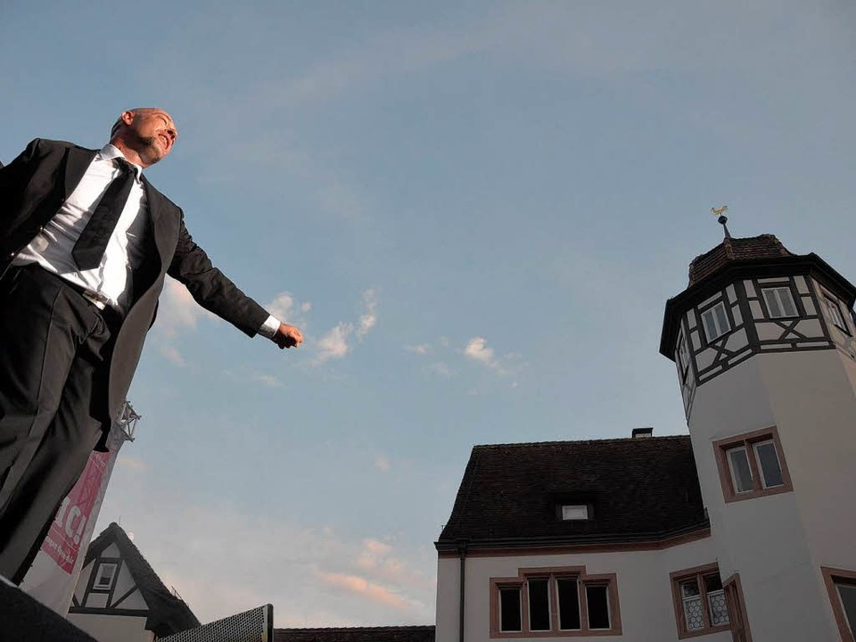 Deutschlands bekanntester Backenbart zu Gast auf dem Emmendinger Schlossplatz.    Foto: Patrik Müller