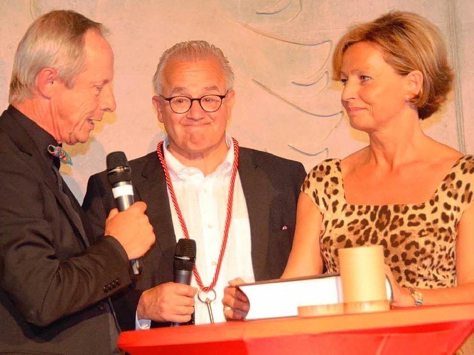 Architekt Michael Geis (links) übergab...gut  und Bettina Keller ein Gästebuch.  | Foto: Gerold Zink