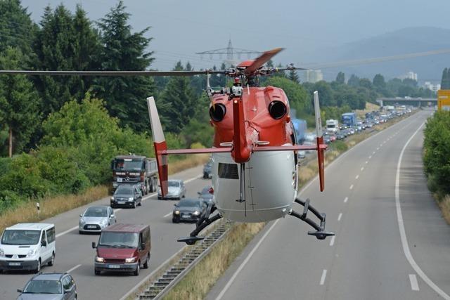 Unfall auf der B31 bei Freiburg – Rettungshubschrauber landet auf Straße