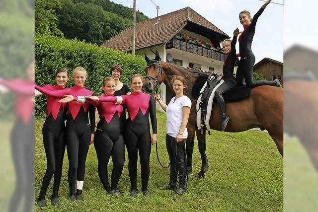 Grazile Fähigkeiten auf Pferderücken