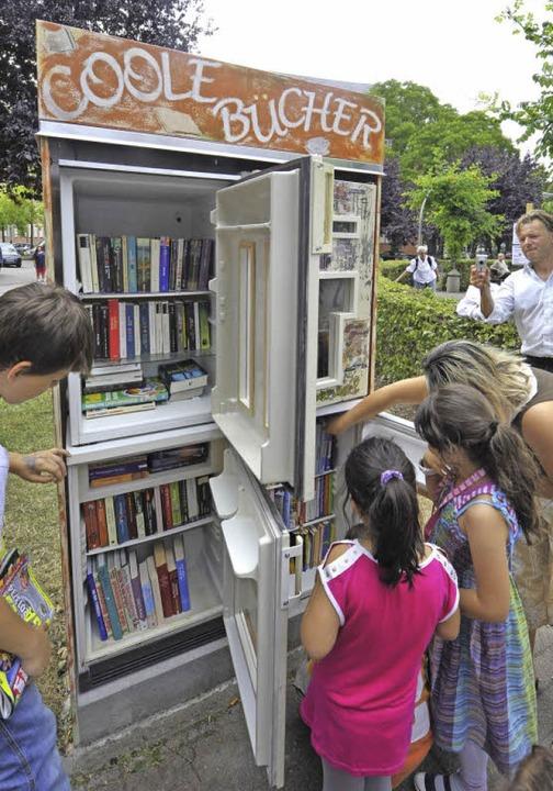Das neue Bücher-Angebot am Tennenbacher Platz wurde sofort rege genutzt.    | Foto: Michael Bamberger