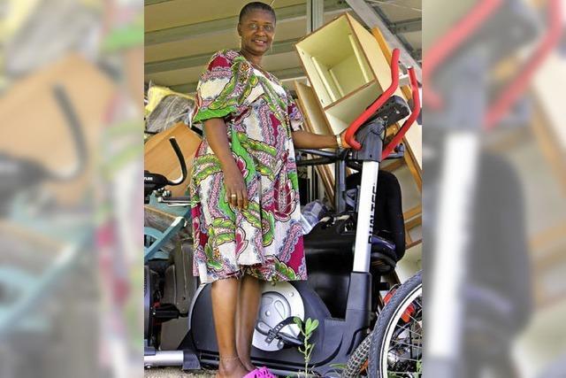 Die Frau, die Hilfscontainer füllt