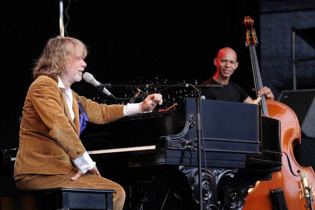Helge Schneider und sein Bassist Ira Coleman auf der Bühne.  | Foto: Patrik Müller