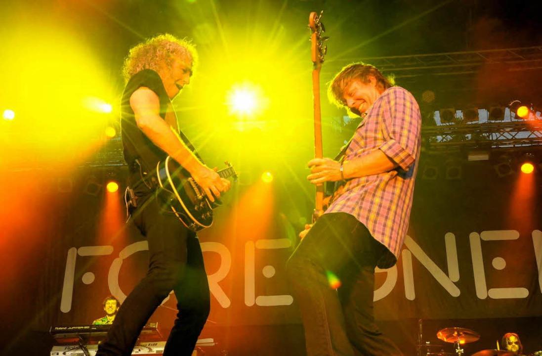 Feurige Duelle mit Gitarre und Bass li...h Bruce Watson (links) und Jeff Pilson  | Foto: Markus Zimmermann