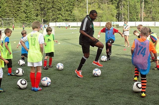 Jungen Kickern Technik und Ballgefühl vermittelt