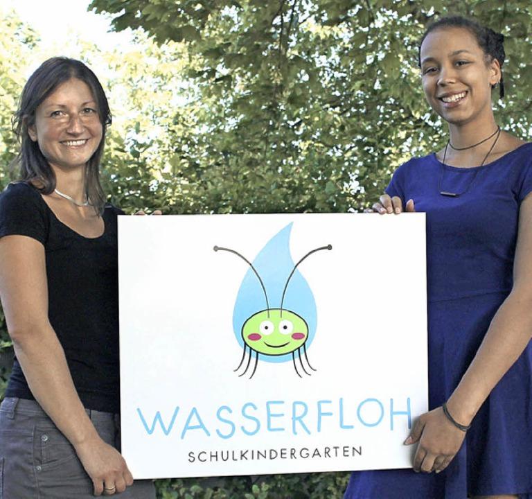 Das neue Logo des Schulkindergartens z...enée Fofana (rechts) und Katja Tavman.  | Foto: Landratsamt