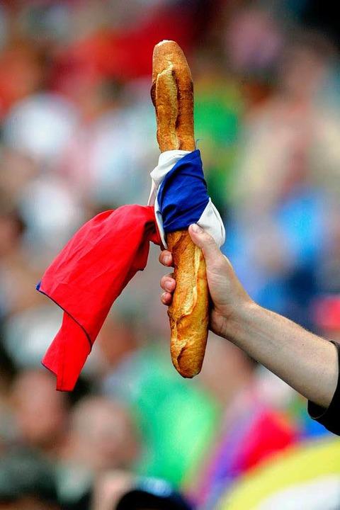 Ein Fan des französischen Fußball-Nationalteams unterstützt seine Mannschaft.   | Foto: DPA