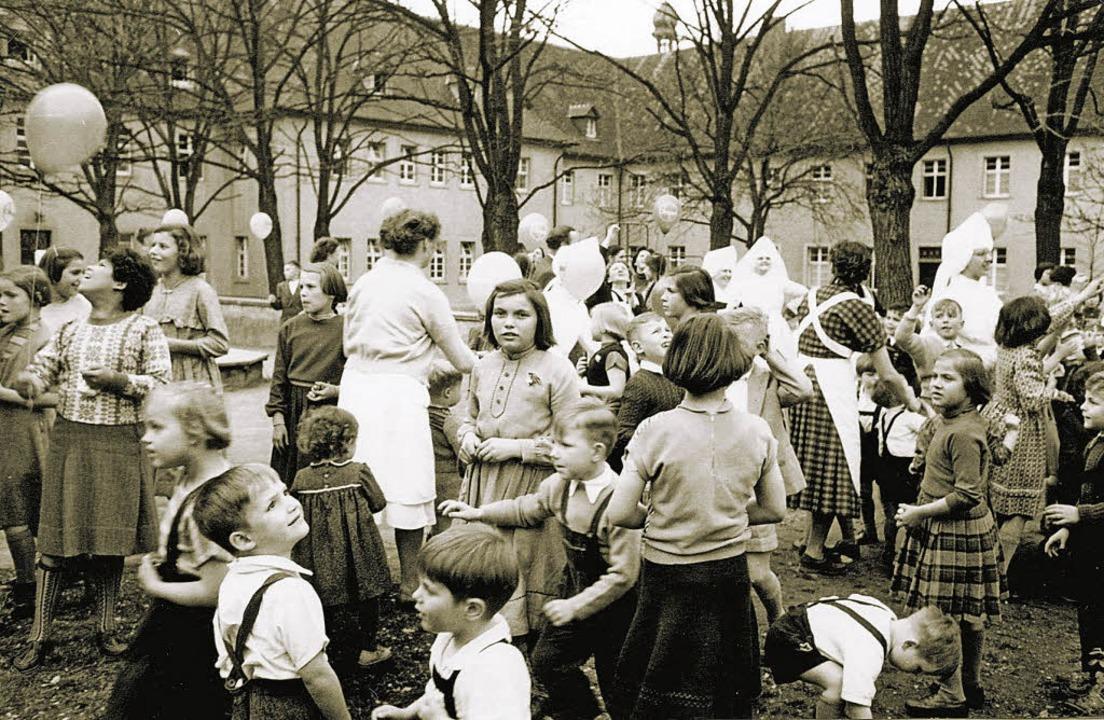 Sommerfest in den 50er Jahren: Die Kinder feiern mit den Vinzentinerinnen.  | Foto: Archiv: Waisenhausstiftung Freiburg