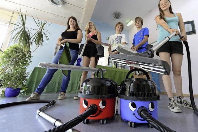 Waldorfschüler putzen ihre Schule - als Angestellte