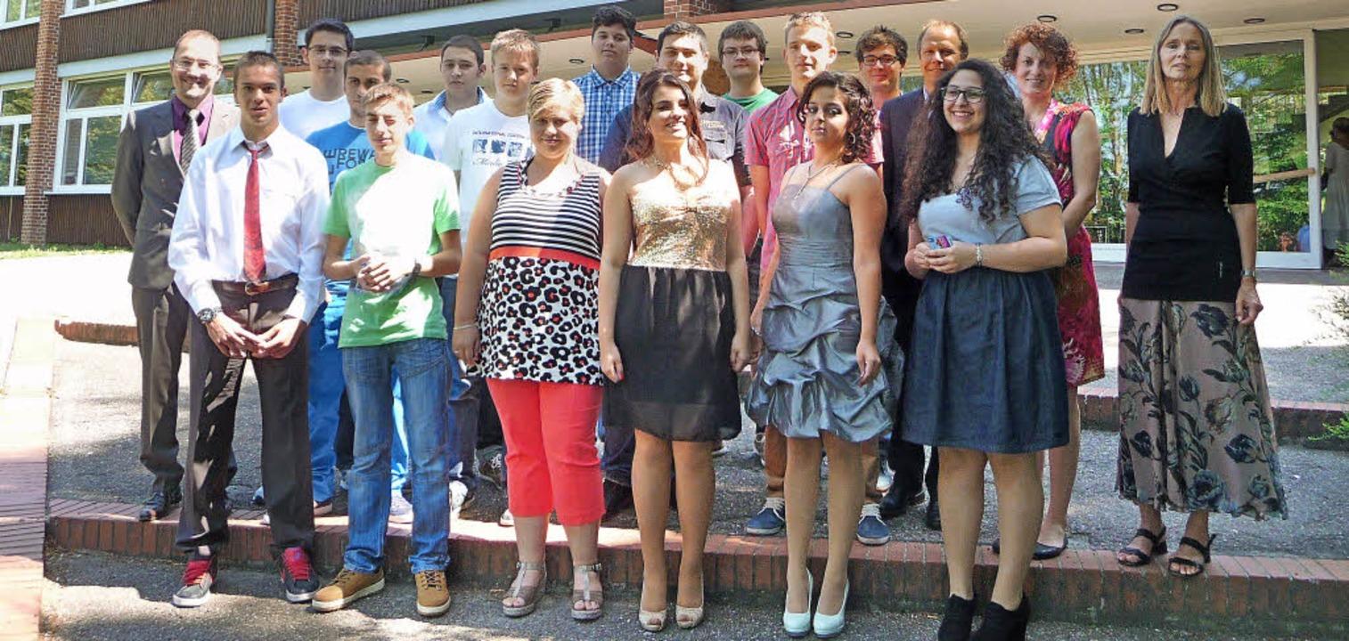 15 Schüler der  Lilienhof-Förderschule...n 1. und 3. von rechts) verabschiedet.  | Foto: M. Burkert