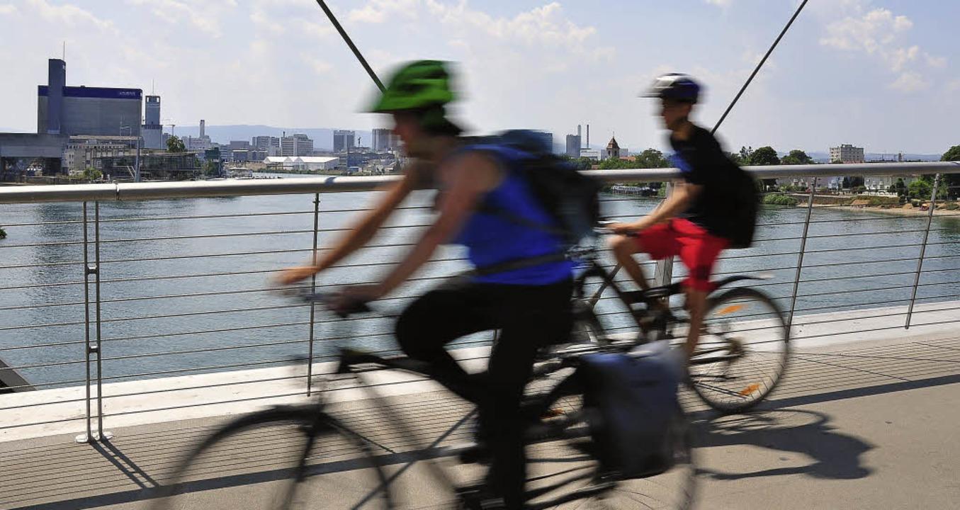 Radfahrer auf der Dreiländerbrücke zwi...tenden Wegs nach Basel noch gedulden.   | Foto: annette Mahro